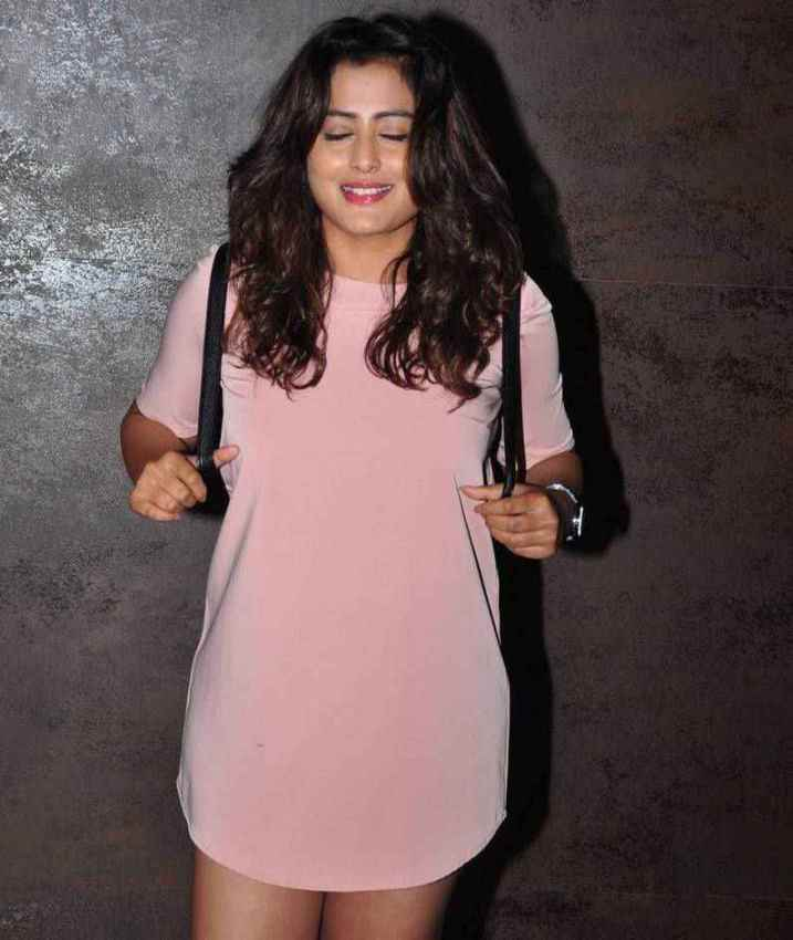 Beautiful Hindi Girl Nidhi Legs Thigh Show Photos In Mini Pink Top