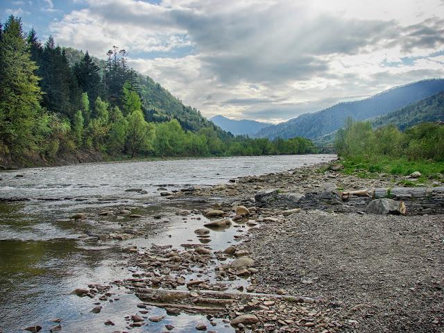 Река Опир и её окрестности в черте города Сколе