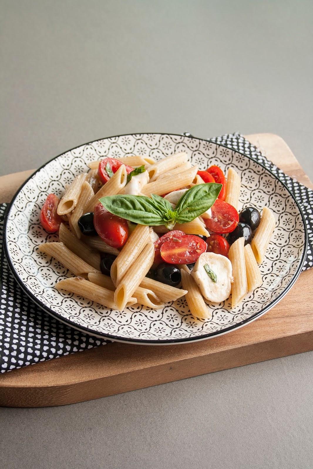 Pasta fredda con pomodorini, bocconcini di bufala e olive nere