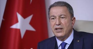 """ورداً على سؤال حول تصريحات روسية بأن """"تركيا لم تف بمسؤولياتها في إدلب""""، لفت أكار إلى أن بلاده بذلت جهوداً مكثفة في المنطقة بين 15- 20 كيلومتر التي سيتم نزع السلاح منها وفقاً للاتفاقية.  وأضاف أن النظام السوري انتهك هدنة وقف إطلاق النار مرات متكررة، الأمر الذي أجهض الجهود المبذولة في المنطقة، مبينًا أنه لم تتم الاستجابة لطلب تركيا استخدام المجال الجوي في المنطقة بشكل كامل.  وأشار إلى أن هناك مشاكل حدثت بسبب عدم استخدام بلاده المجال الجوي في المنطقة، مبيناً أن المباحثات مستمرة من أجل استخدام تركيا للمجال الجوي هناك.  ورداً على سؤال حول """"ماذا سيحدث لو وقعت مواجهة بين تركيا وروسيا؟""""،أجاب أكار """"ليست لدينا نية أو رغبة لحدوث مواجهة مع روسيا، ولا يوجد شيء من هذا القبيل، بذلنا ولا زلنا نبذل كل ما بوسعنا للحيلولة دون حدوث ذلك"""".  وأضاف: """"إن كل ما في الأمر بالنسبة لنا هو إلتزام النظام السوري بوقف إطلاق النار هناك، وإنتهاء الظلم والأذى الذي يمارسه على سكان المنطقة، وبذلك نمنع التطرف وتدفق موجات النزوح، وهذا ما أكدناه بكل وضوح"""".  ولفت إلى أنهم اتخذوا كافة التدابير من أجل أمن وسلامة الجنود الأتراك في المنطقة.  وبخصوص موعد انسحاب الجيش التركي من إدلب، أشار أكار أن ذلك سيكون بعد أن يتم تنظيم انتخابات ديمقراطية بمشاركة الجميع في سوريا، وتشكيل حكومة شرعية.  ولفت إلى أن عدد كبير من الدول تُدرك ما يحدث من مأساة إنسانية في إدلب، وتقدر ما تقوم به تركيا في المنطقة، مؤكداً أهمية أن تقدم تلك الدول دعماً ملموساً بهذا الصدد وأن لا تكتفي بالتصريحات.  وحول سؤال عن إمكانية تقديم دعم أمريكي محتمل، نفى الوزير أن يكون هناك دعم بالجنود على الأرض في إدلب، لافتاً إلى """"إمكانية أن تقدم واشنطن دعمًا عبر بطاريات باتريوت، لأن هناك تهديدات صاروخية موجهة نحو تركيا، كما أن أمين عام الناتو لديه تصريحات بهذا الصدد"""".  ولوح أكار إلى أن الناتو قد يكون له خطط وتحركات خلال الأيام المقبلة، مشيرًا إلى إمكانية أن تقدم دول أوروبية أخرى بطاريات باتريوت.  وأكد أن تركيا واحدة من أقدم الأعضاء في حلف شمال الأطلسي، وتؤدي مهامها ومسؤولياتها دون أي نقصان، موضحاً بالقول: """"نحن في الناتو، ونواصل وجودنا فيه"""".  وحول منظومة الدفاع الجوي """"إس -400"""" التي اشترتها تركيا من روسيا، قال أكار إن """"عملية تركيبها، وتدريب الكوادر التركية متواصلة، """