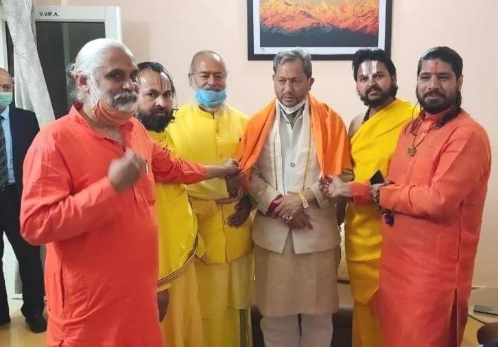 मुख्यमंत्री तीरथ सिंह रावत से मुलाकात करते अखिल भारतीय संत समाज के लोग।
