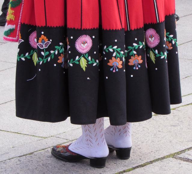 Barra da saia, meias e tamancos típicos da dança do folclore do Minho