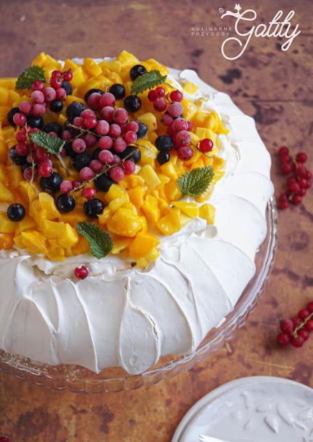 biale-ciasto-z-kolorowym-owocami