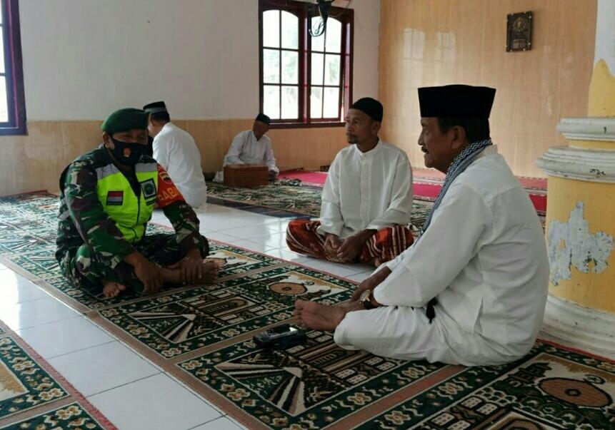 Lakukan Komsos, Babinsa Desa Ceruk Ajak Tokoh Agama Menjaga Stabilitas Keamanan NKRI