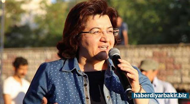 DİYARBAKIR-DBP eski Eş Genel Başkanı Emine Ayna, PKK soruşturması kapsamında Diyarbakır'daki evinde gözaltına alındı.