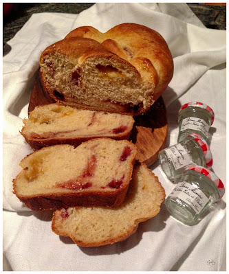 Treccia di pan brioche con confetture...