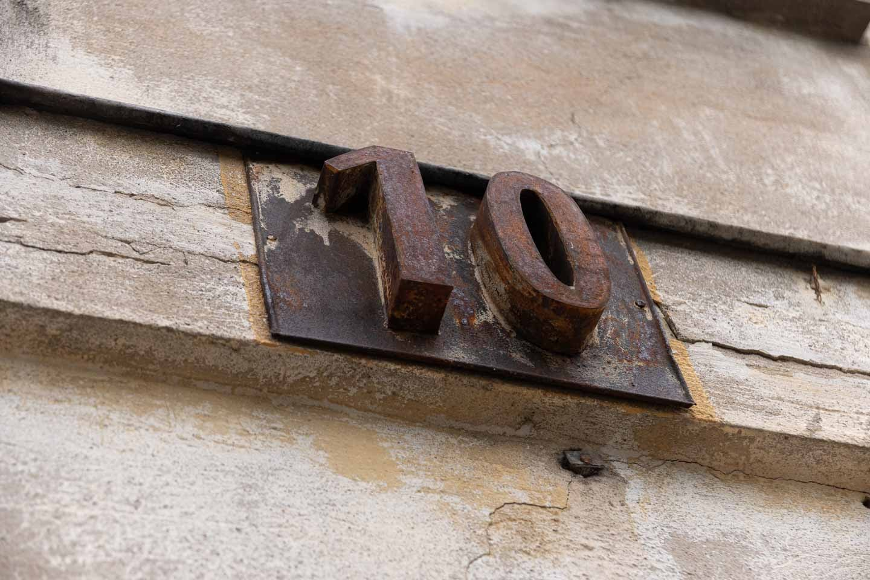 Auce metāla mājas numurs