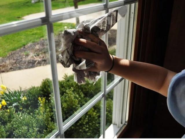 Gambar Cara Membersihkan Kaca Jendela yang Kotor dan Buram Dengan Koran Agar Kinclong