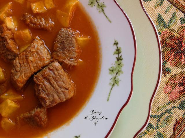 Ternera en salsa con patatas fritas
