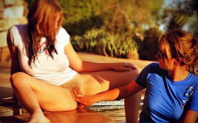 рыженькая сучка подставила пизду под ласки партнерши Redhead bitch exposed a naked pussy to a caress of girlfriend