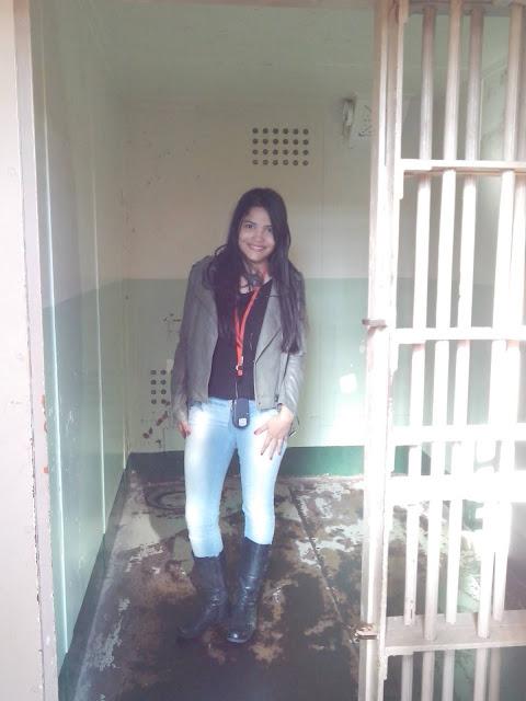 mulher em um cela de prisao