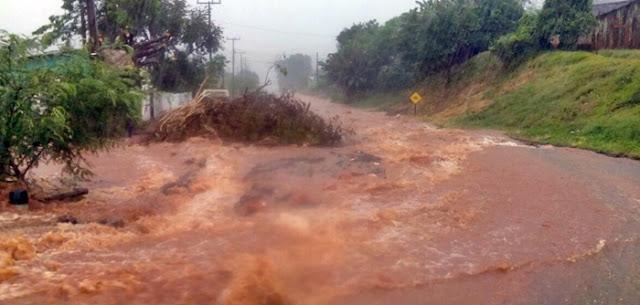 """Manoel Ribas: Chuva """"transforma rua em rio"""". Moradores protestam na Dom Pedro"""
