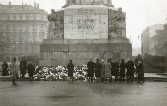 Осень 1941 (?) года. Рига. Возле монумента Свободы в годы немецко-фашистской оккупации.