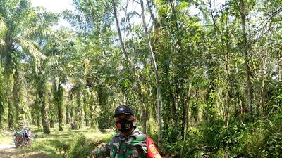 Babinsa Koramil 427-04/Bahuga Kodim 0427/Way Kanan bersama Masyarakat Kampung Binaan melaksanakan kerja bakti