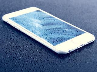 bagaimana cara mengatasi iphone jatuh ke dalam air dan kemasukan air