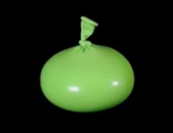 Kleiner grüner Luftballon der zu einem Gewicht befüllt wurde,.