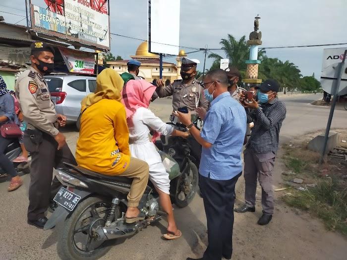RS Assifa Dan Anggota Polsek Bagikan Masker Di Pasar Dayamurni.