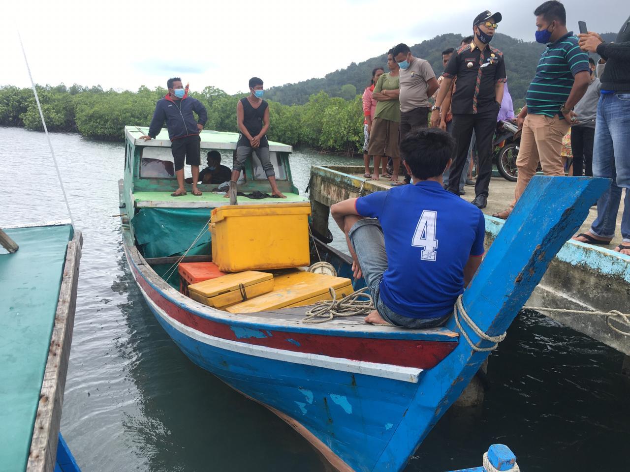 Setelah Berteduh Selama Dua Hari Karena Cuaca Ekstrim, Sebuah Kapal Pompong Akhirnya Selamat di Serasan