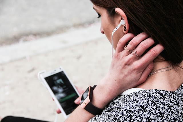 Naf Naf, Smartwatch V8, écouteurs Sudio Sweden, Samsung Note 4 Spotify Playlist
