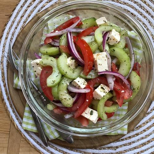 einfacher Gurken-Tomaten-Salat mit Feta