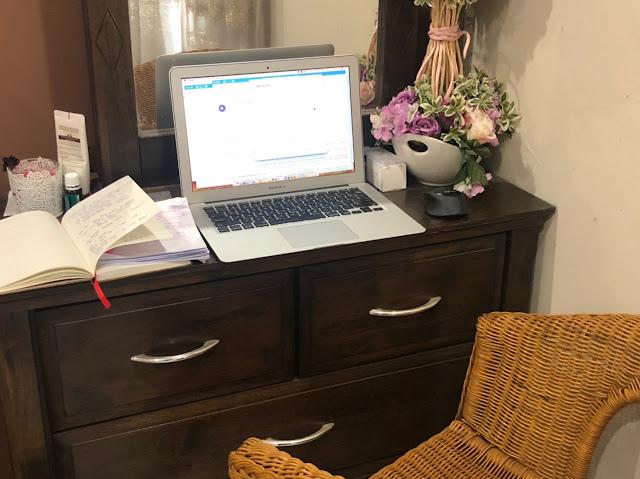 Meja solek yang bertukar menjadi ruang bekerja
