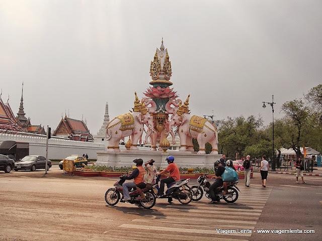 Templos e elefantes se misturam no dia a dia de Bangkok