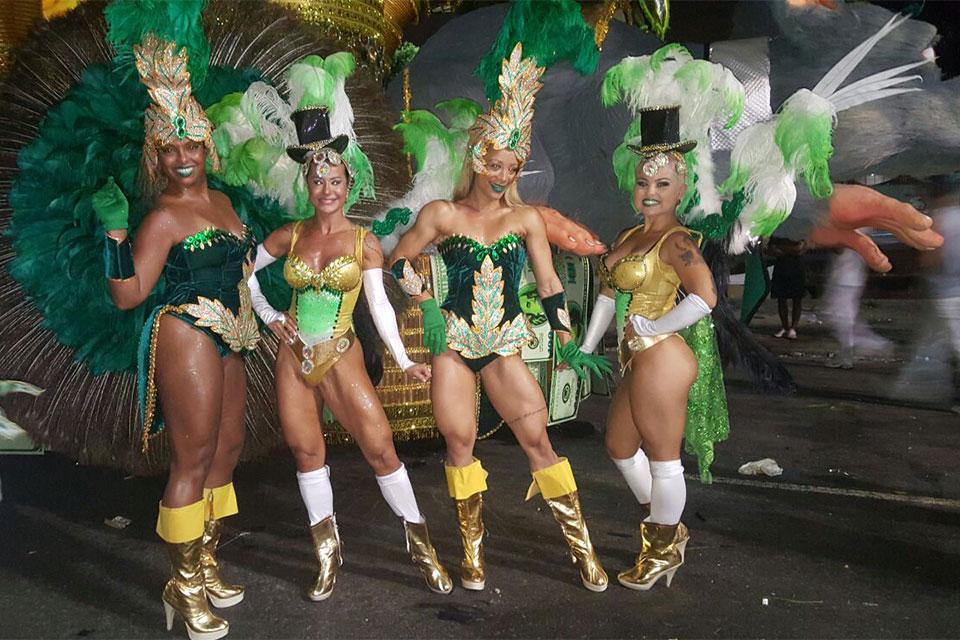 O grupo Bonecas de Ferro Samba Fitness na concentração da Mocidade. Foto: Arquivo pessoal