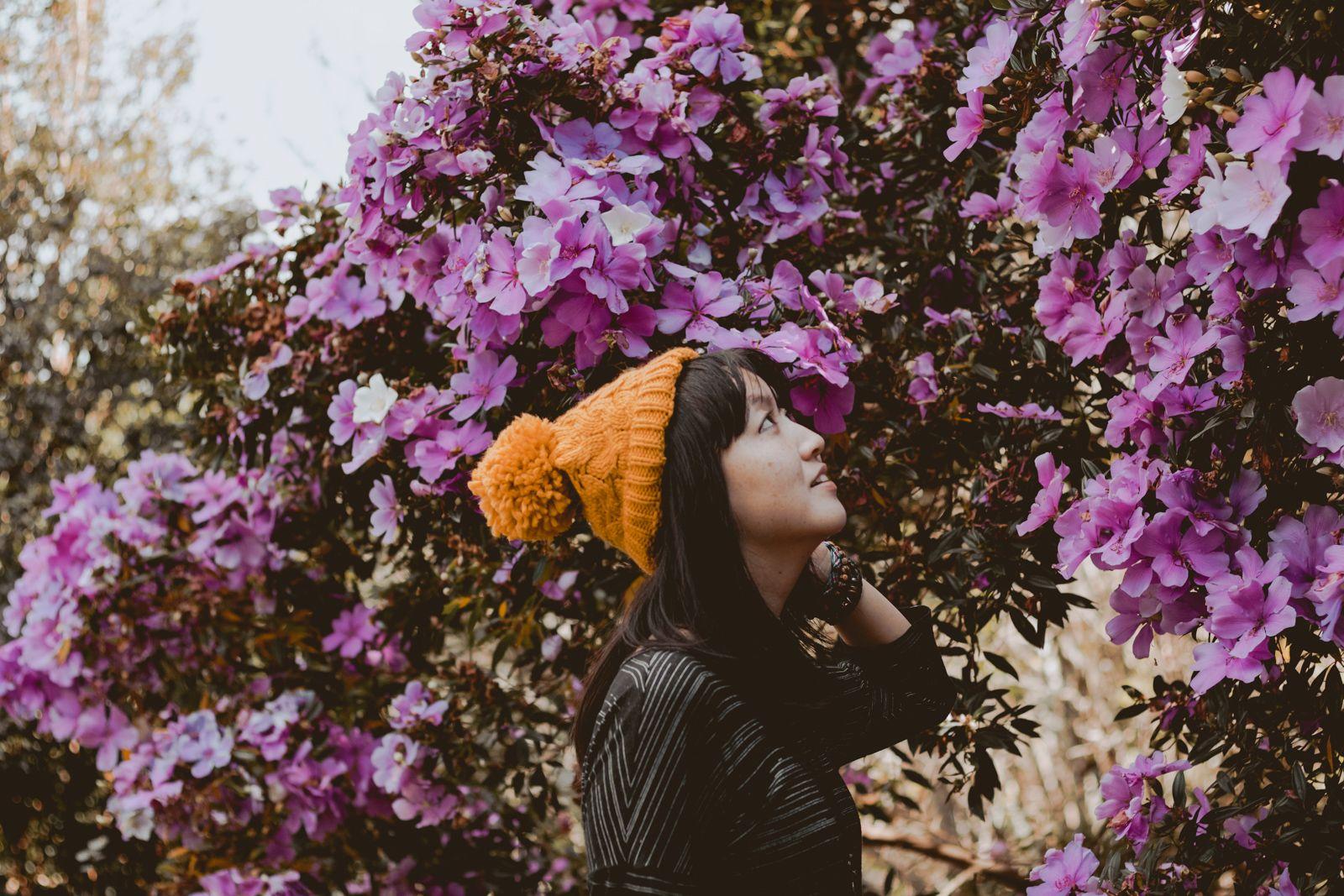 posando em frente às flores