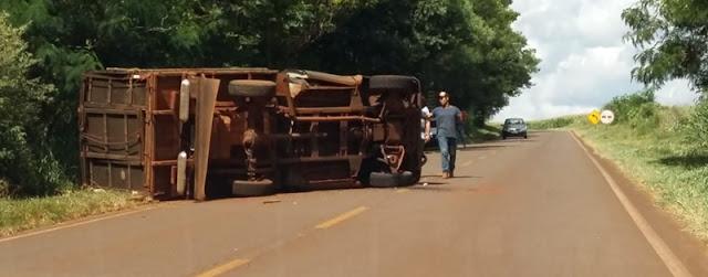 Caminhão boiadeiro tomba na estrada entre Nova Cantu e Campina da Lagoa