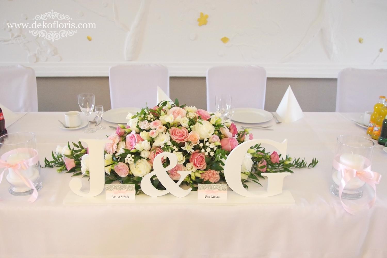 Różowe dekoracje kwiatowe na weselu w Markus Kolonowskie stół nowożeńców