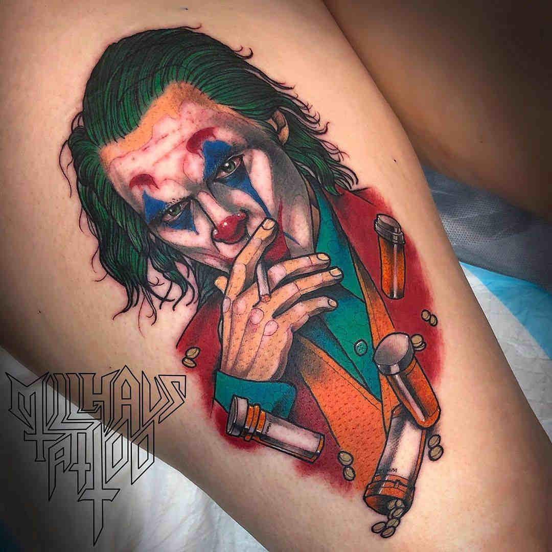 Foto de un tatuaje de  Joaquin Phoenix caracterizado como el Joker