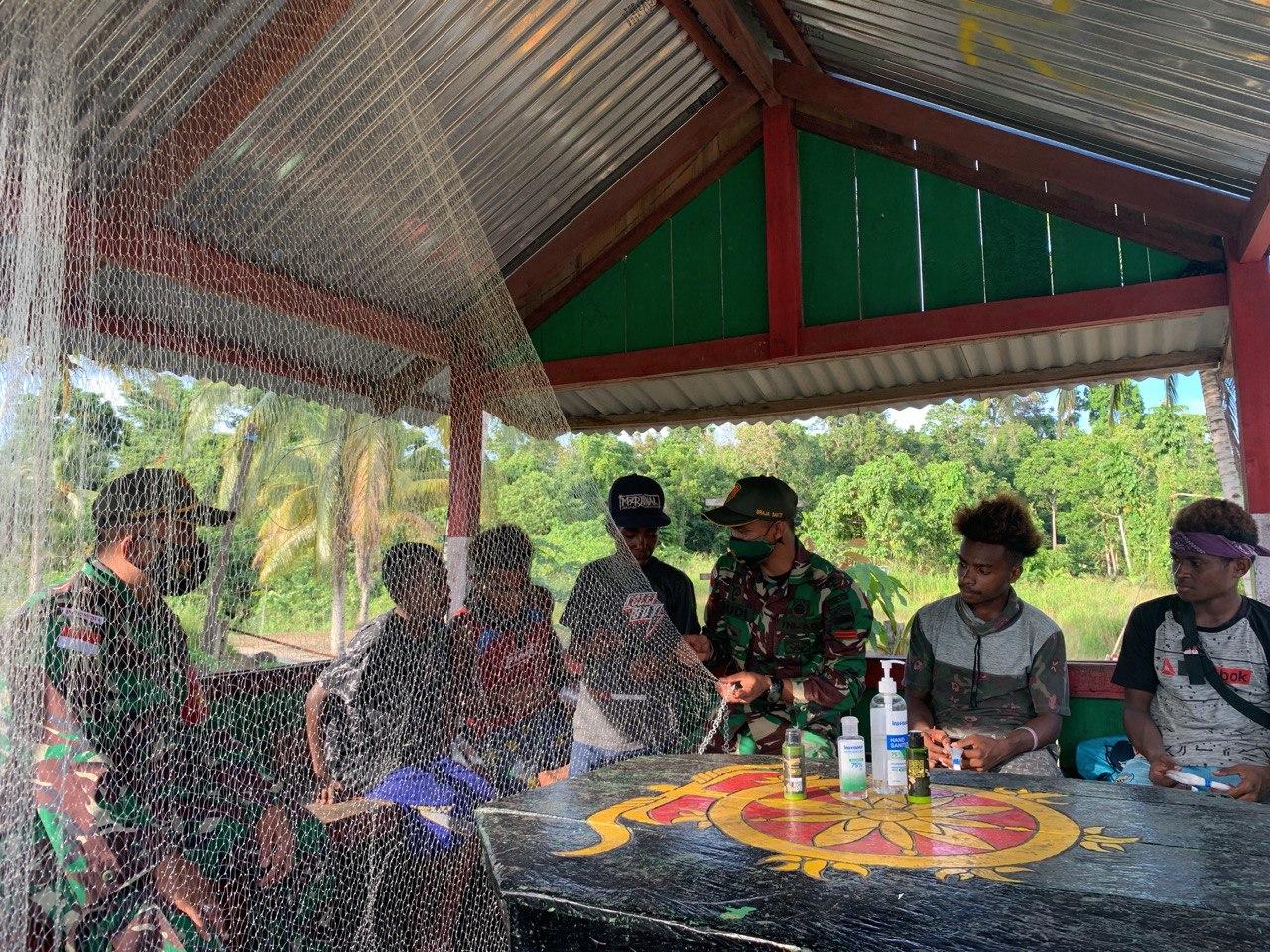 Prajurit TNI Di Perbatasan Ajarkan Pembuatan Jala Ikan Kepada Warga Distrik Muara Tami