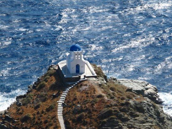 Άσπρος Πύργος, τον οποίον θα δείτε κατευθυνόμενοι προς τον οικισμό Πλατύ Γιαλό