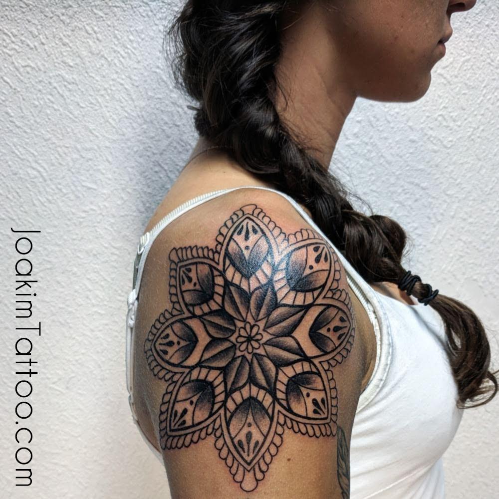 tatuering på axeln