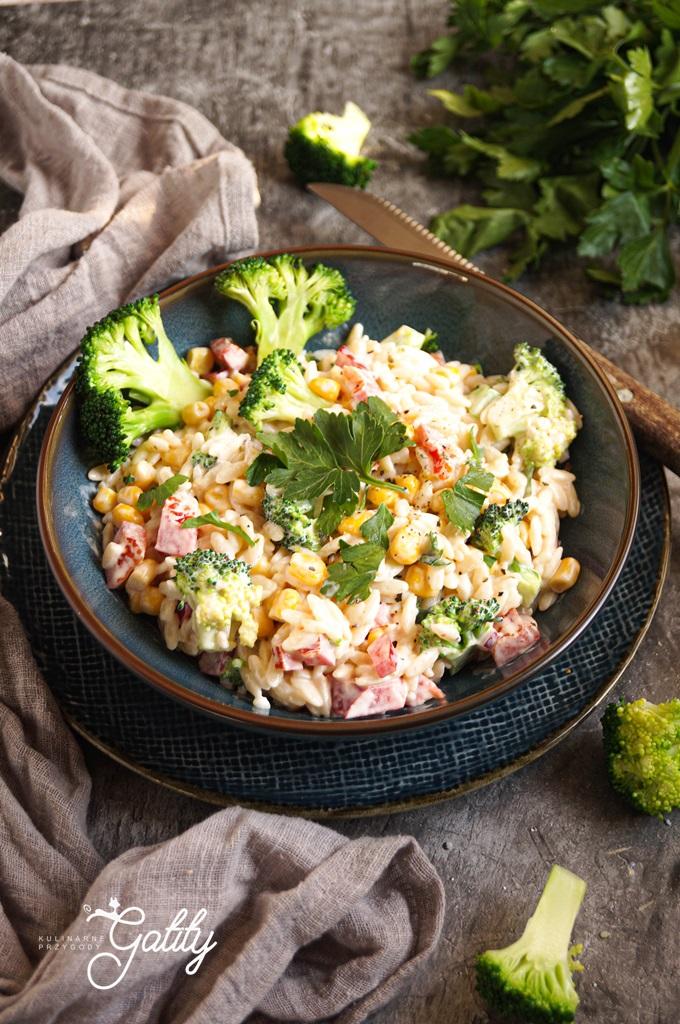 kolorowa-salatka-z-zielonym-brokulem