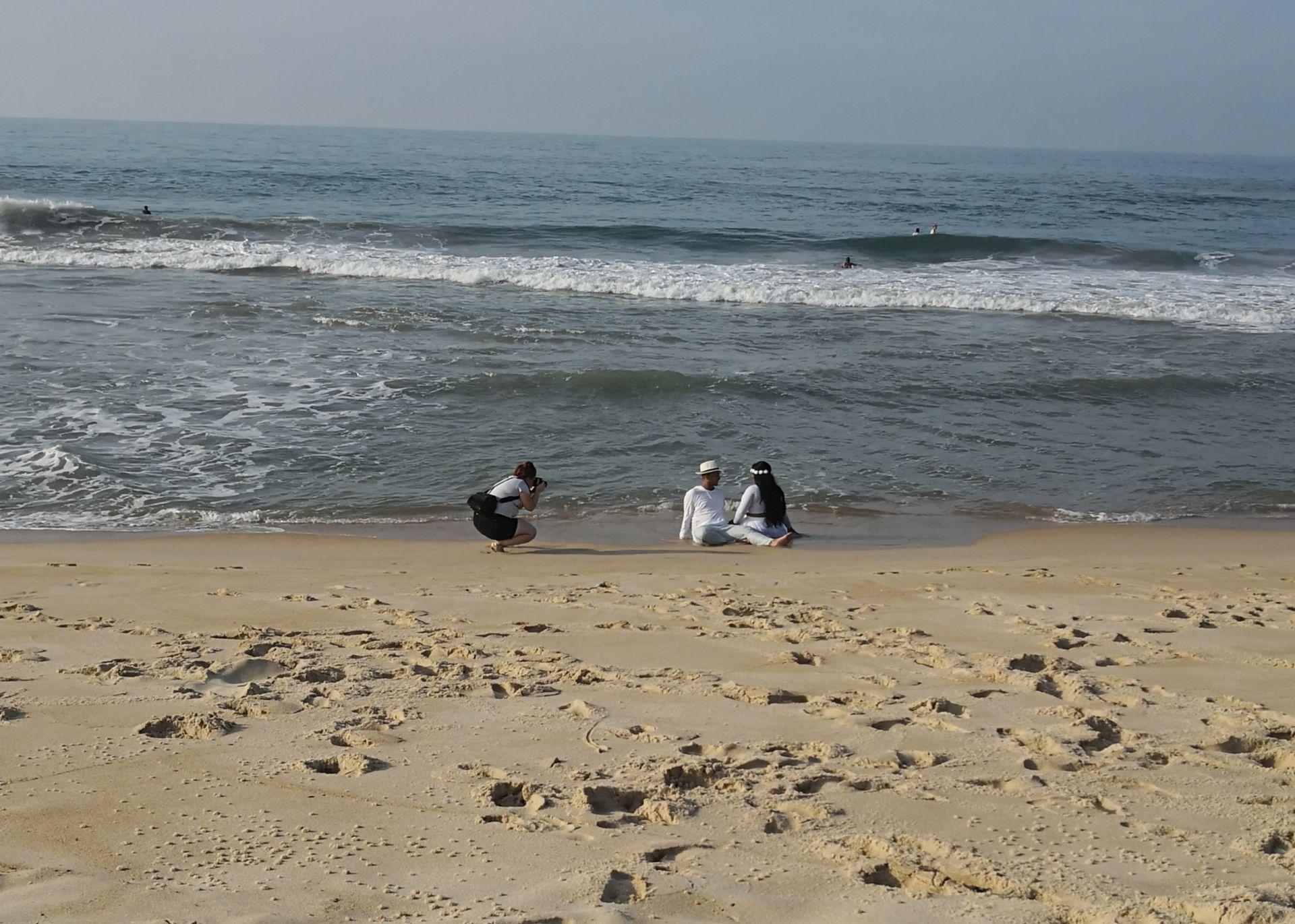 Una fotógrafa en medio de una sesión con una pareja que está a días de casarse. Gentileza Monserrat Toranzo