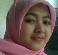 Gadis Cantik Berjilbab Pink