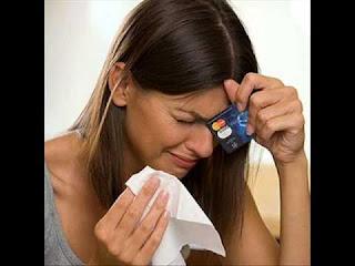 Los bancos les cobran hasta seis veces a quienes tienen una tarjeta