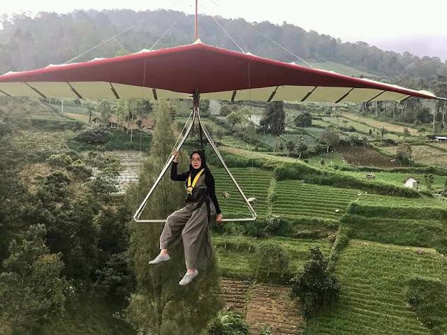 Foto Paralayang dengan membayar Rp 25.000