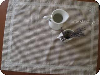 http://silviainpuntadago.blogspot.com/2011/11/un-po-di-broderie-suisse-e-di-orlo.html