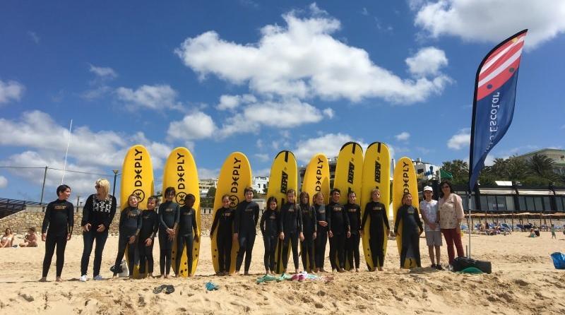 Alunos em sessão de surf