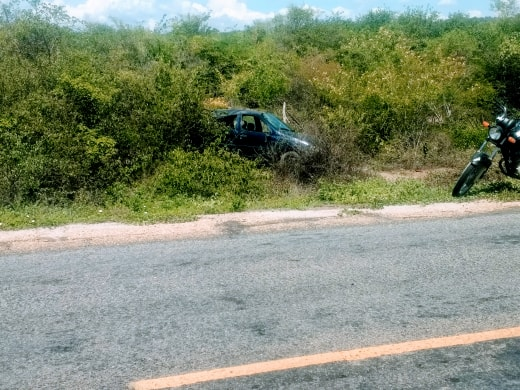 Recapagem de pneu se solta e motorista capota veículo próximo a Malhada de Pedras