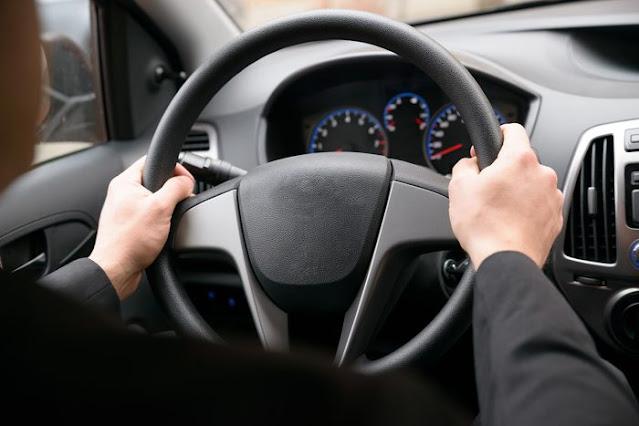 الطريقة الصحيحة لمسك مقود السيارة