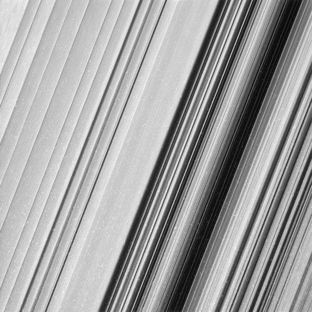 Cái nhìn cận cảnh hơn về một khu vực thuộc vành đai B của Sao Thổ. Hình ảnh: NASA/JPL-Caltech.