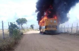 Micro-ônibus escolar pega fogo