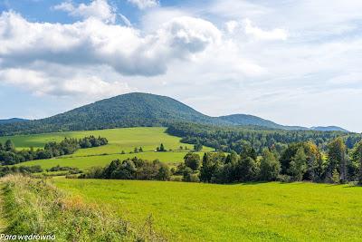 Grzbiet Lackowej z drogi między Mochnaczką Niżną a Izbami, widziany ze wzgórza nad miejscowością Izby