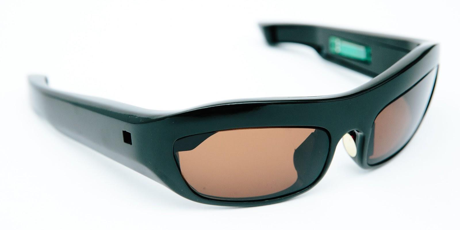 c6d9a0456 HUSSEIN CHALAYAN, se juntou a Intel e apresentou um conjunto de óculos e  cinto que reúne informações biométricas da pessoa que esta usando.