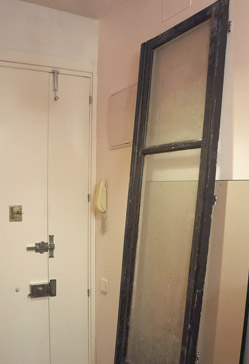 Una puerta espejo