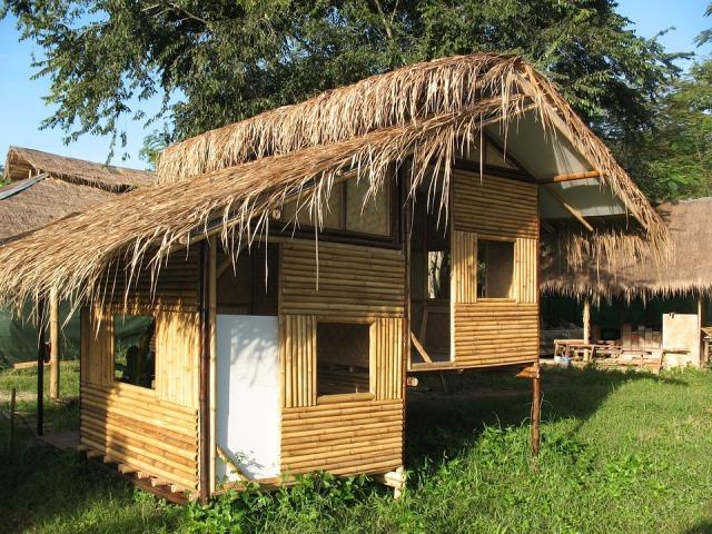 Pequena casa revestida exteriormente com bambus