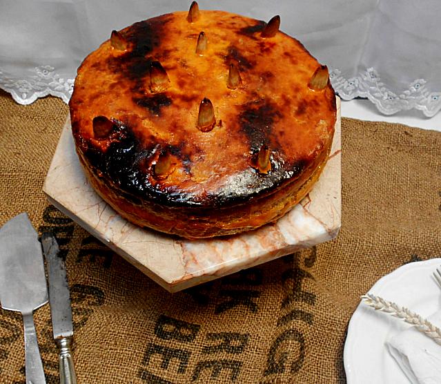 Bolo de amêndoa com gema queimada recheado de doce de ovos pobres